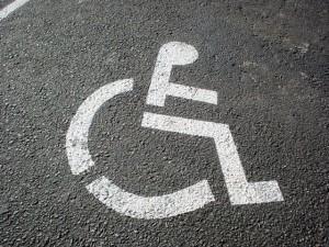 Estacionar irregularmente em vagas de idosos ou deficientes agora é infração grave