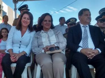 A subsecretária de Educação Deusmaura Vieira, a primeira-dama Clarice Martins e o prefeito Juraci