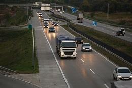 Legislação que obriga motoristas a transitarem com faróis acesos já vigora em outros países, mas com sinalização de advertência
