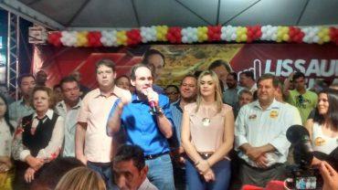 Saudado com foguetório por Juraci e Lissauer, Karlos chegou ao Módulo Esportivo ladeado por vereadores e deputados da base de Marconi (Foto: Facebook de Lissauer Vieira)