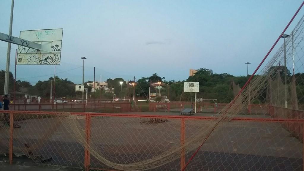 As quadras poliesportivas estão com redes, tabelas e alambrados completamente deteriorados há mais de um ano
