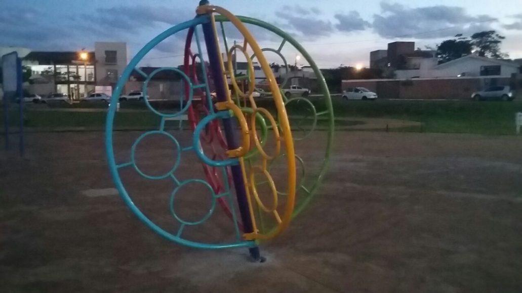 Academia da Terceira Idade e área de brinquedos mostram a falta de cuidados com o parque