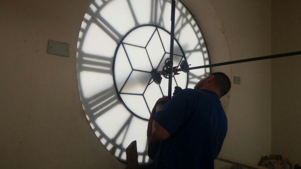 Técnico trabalha em uma das 4 faces do tradicional relógio da São Sebastião