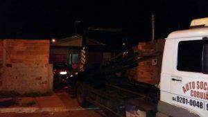 Depois de reclamações de vizinhos, carro é guinchado de dentro de residência