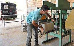 Mão-de-obra carcerária: Detento trabalha na fabricação de blocos de concreto do presídio
